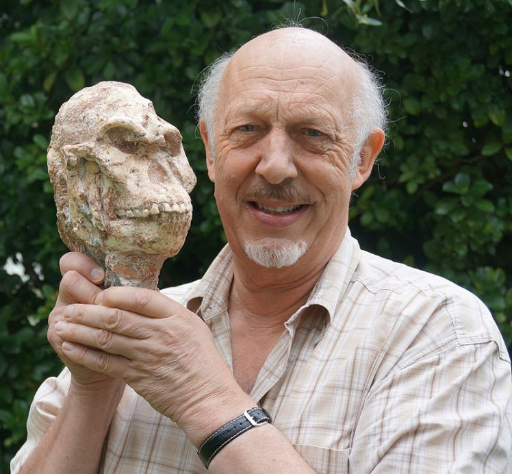Ron_Clarke_and_Little_Foot_Skull